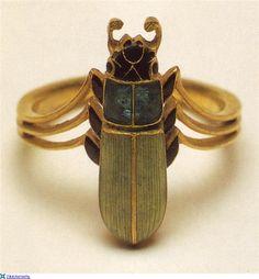 Art Nouveau Plique-à-Jour Enamel and Gold Scarab Beetle Ring by René-Jules… Anillo Art Nouveau, Art Nouveau Ring, Bijoux Art Nouveau, Art Nouveau Jewelry, Jewelry Art, Vintage Jewelry, Fine Jewelry, Jewelry Design, Fashion Jewelry
