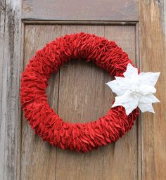 How to Make a Felt Holiday wreath. Decorate your holiday home with this felt wreath tutorial. #wreath #holidays #christmas