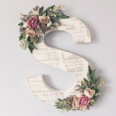 Ornate wildflower wood letter of your choice in need . # of her # ornate # wildflower wood letter - - Verzierter Wildblumenholzbrief Ihrer Wahl in Not . Flower Letters, Diy Letters, Letter A Crafts, Wood Letters Decorated, Wooden Letter Decor, Boho Dekor, Diy And Crafts, Arts And Crafts, How To Distress Wood