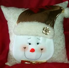 Cojín nieve dorado Christmas Decorations, Christmas Ornaments, Holiday Decor, Home Furniture, Christmas Stockings, Diy And Crafts, Wraps, Pillows, Cool Stuff