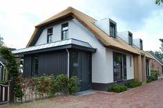 Nieuwbouw moderne woonboerderij met rieten kap - achterzijde
