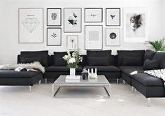 Inreda vardagsrummet. Snygg tavelvägg ovanför svart soffa. Inredningsdetaljer till vardagsrum. Desenio.com