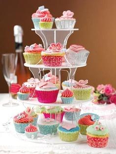 Gostei de misturar cupcakes e minicupcakes na mesma torre. Dá para colocar um docinhos no meio caso não tenha os minicupcakes.