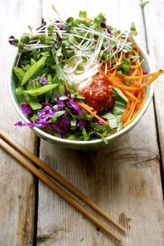 10 minute thai curry veg + rice noodle bowl.