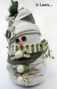 Un'idea regalo, hand-made, low cost e sfiziosissima! Il tutorial per realizzarlo è qui http://islaura.it/il-pupazzo-di-neve-per-gli-scout/