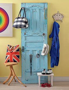 """A porta, reformada pela La Calle Florida, ganhou puxadores para pendurar de bolsas a bijuterias. O azul pastel é uma boa sugestão de cor, tendência com as """"candy colors"""""""