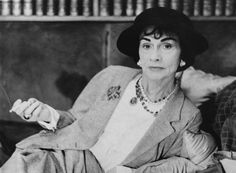 """Gabrielle """"Coco"""" Bonheur Chanel (August 1883 – January 1971 was a French fashion designer and founder of the Chanel brand. Estilo Coco Chanel, Coco Chanel Mode, Mademoiselle Coco Chanel, Coco Chanel Fashion, 50 Fashion, Coco Chanel Style, Holiday Fashion, European Fashion, Curvy Fashion"""
