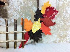Detalhe enfeite de porta em feltro. Folhas de outono