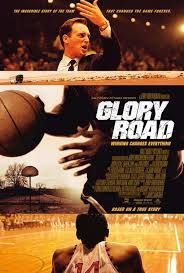 Glory Road (2006) Ο προπονητής μπάσκετ του πανεπιστημίου του Τέξας Γουέστερν το 1964, πάει κόντρα στις παραδόσεις, βάζοντας έγχρωμους παίκτες σε καίριες θέσεις της ομάδας, και την οδηγεί σε νίκες, ελπίζοντας πως στο τέλος θα καταφέρει το θαύμα.Glory Road (2006)