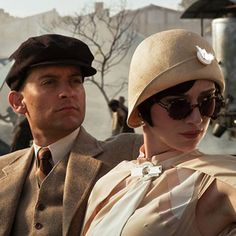 Tobey Maguire as Nick Carraway and Elizabeth Debicki as Jordan Baker in Baz Luhrmann's The Great Gatsby. (click the image for extremely high-res photo. Look Gatsby, Gatsby Girl, Gatsby Hat, Jay Gatsby, Gatsby Style, 1920s Style, Gatsby Theme, Jordan Baker, Baz Luhrmann