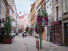 Roanne: Shopping street decorated with flowers lined with houses and shops - France-Voyage.com