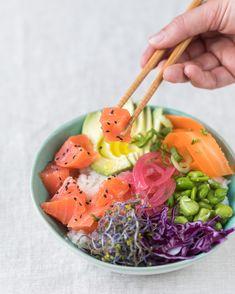 Descubre los beneficios de una dieta crudívora aquí 👇🏻 Poke Bowl, Cantaloupe, Salmon, Ethnic Recipes, Food, Diets, Food Items, Cooking, Essen