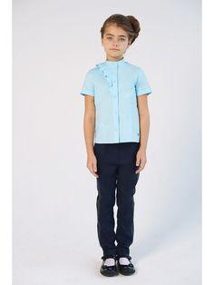 Нежная блузка для девочек прямого кроя, голубого цвета. С укороченным рукавом, кокетливым воланом на груди.