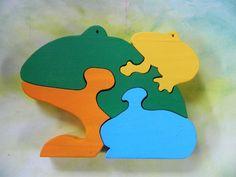 O quebra-cabeça é confeccionado totalmente em madeira, cortada e lixada à mão.   Contém: 04 peças  Tamanho aprox.: 19,5 x 14,0 x 1,8 cm  É colorido e alegre, representa o sapo com seu filhote.  Quebra-cabeça é um brinquedo que desafia e desperta na criança a vontade de conseguir montar.