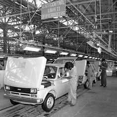 Fiat 147 1976 Nosso #tbt vai para a linha de montagem da @fiatbr que iniciou as atividades em 1976 com a produção do compacto 147. Foi o primeiro modelo da Fiat produzido no Brasil primeiro nacional com motor transversal dianteiro e o primeiro com coluna articulada de direção. Derivado do 127 italiano o hatch foi vendido naquele primeiro momento com motor 1.0 de 55 cavalos e depois com bloco 1.3 de 61 cv. O 147 foi produzido até 1986 quando deu lugar para o Uno Mille.  #CarroEsporteClube…