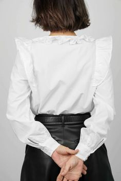 La souplesse du volume et la légèreté des volants rendent cette blouse idéale pour un look féminin et vaporeux ! Un joli col claudine à feston ou un col à froufrou à réaliser dans la même matière ou en galon brodé, un brin rétro. Un style affirmé grâce aux poignets boutonnés et aux bas de manches froncées. Ce patron offre deux versions de cols. #prettypatron #prettymercerie #blouseeulalie #mercerieenligne #tissu #sewingpattern #patrondecouture Pretty Mercerie, Bell Sleeves, Bell Sleeve Top, Brin, Ruffle Blouse, Women, Style, Back Walkover, Cowls