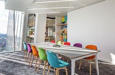 Jellyfish Office - The Shard. Copyright: Workplace Creations Ltd. #interiors #office #commercial #moderninteriors #interiordesign #colourful #meeting #collaboration