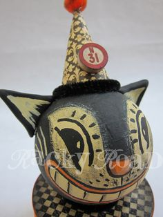 Halloween cat. I have started collecting these types of Halloweeen decorations. I like the old fashion look.