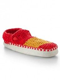 Slippers in the Spanish colours! Make these slippers in just one hour, using 3 strands of IDEAL yarn % combed wool - 30 % acrylic - 30 % polyamide). Perfect for beginners, they are knitted in seed stitch on 6 mm needles. Slipper Socks, Slippers, Crochet, Knitting Patterns, Baby Shoes, Wool, Sneakers, Kids, Collection