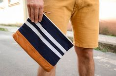 Bermuda: Osklen/ Camisa: Zara/Óculos: Ray Ban/ Carteira: Henten/ Sapato: River Island/ Cinto: Zara