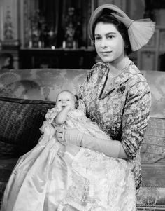 Princess Elizabeth II the Queen with her baby Princess Anne at Buckingham Palace in 1950 after the baby was October 1950 Princesa Elizabeth, Princesa Charlotte, Princesa Anne, Rei George Vi, King George, Lady Diana Spencer, Prinz Philip, Christening Photos, Christening Gowns