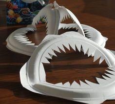 Manualidades fáciles para niños y niñas. Dentadura de tiburón.  Con ello vamos a conseguir mantenerlos entretenidos, al mismo tiempo que se divierten planeando su perfecta fiesta de Halloween.  Lo primero que vamos a hacer es doblar el plato por la mitad y en el centro vamos a ir cortando en forma de picos. Alrededor le puedes dar una forma como de labios. Y ya lo tienes preparado para colgarlos, tipo móvil, de cualquier esquina de tu casa.