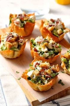 Everything tastes better in miniature form! These Caesar Salad Wonton Cups are made using wontons wrappers for the bowl. Brunch Recipes, Appetizer Recipes, Salad Recipes, Snack Recipes, Brunch Food, Finger Food Recipes, Brunch Finger Foods, Appetizer Party, Kid Recipes