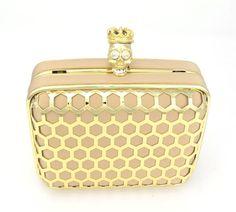 Esta clutch dourada é perfeita para um look rocker sofisticado!
