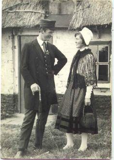 """Foto genomen tussen 1950-1960 voor het huisje van Rietje :""""West-Vlaamse Klederdracht"""" door Etienne Vankeirsbilck"""