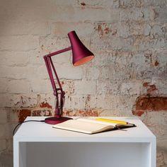 Issu du très populaire modèle 90 Anglepoise des années 1970, notre 90 Mini Mini a toute la fonctionnalité et la personnalité d'un @Anglepoise traditionnel enveloppé dans sa forme minuscule. Visitez notre site web pour de détails. Desk Lamp, Table Lamp, Mini Desk, Perriand, Luminaire Design, Interiores Design, Floor Lamp, Home Goods, Anglepoise Lamp