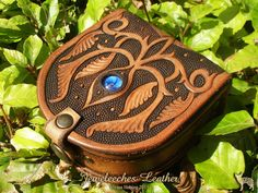 Made this little magical leather box! Of course with my own design and my blue… Leather Box, Custom Leather, Leather Purses, Leather Wallet, Tooled Leather, Leather Tooling Patterns, Leather Pattern, Leather Projects, Leather Crafts