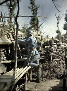 Frontline trench, observer. French serviceman at work in the trenches. Woods of Hirtzbach. (Haut-Rhin. France. June 16th, 1917). tranchée Frontline, observateur. militaires français au travail dans les tranchées. Woods de Hirtzbach. (Haut-Rhin. France. 16ème Juin, 1917).