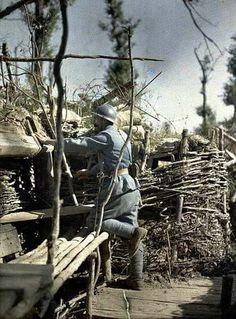 Frontline trench, observer. French serviceman at work in the trenches. Woods of Hirtzbach. (Haut-Rhin. France. June 16th, 1917). Tranchée de 1ère ligne, observateur. Militaire Français. Travail des tranchées. Bois d'Hirtzbach. (Haut-Rhin. France. 16 juin 1917).