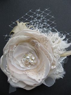 Wedding fascinator bridal flower hairpiece vintage by LeFlowers- this would also make a pretty broach or attachement to a sash Bridal Flowers, Lace Flowers, Fabric Flowers, Wedding Fascinators, Headpiece Wedding, Bridal Fascinator, Headpieces, Bijoux Fil Aluminium, Wedding Hair Pieces