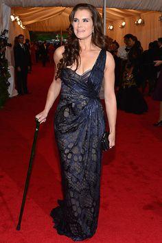 Brooke Shields linda até de bengala