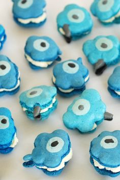 oh my gosh, macarons made to match the marimekko unikko print. Marimekko, Macarons, Blue Macaroons, Just Desserts, Dessert Recipes, Chips, Blue Food, Food Humor, Funny Food