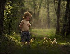 Une mère immortalise les moments privilégiés qui unissent ses deux petits garçons aux animaux de la ferme