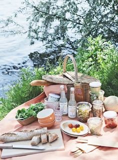 "18 Delicious & Portable Picnic Recipes - Camille Styles Ry some nice recipes for by the river date when u find ""runner man""! Picnic Time, Summer Picnic, Beach Picnic, Picnic Parties, Outdoor Parties, Summer Bucket, Picnic Park, Dinner Parties, Plateau Charcuterie"