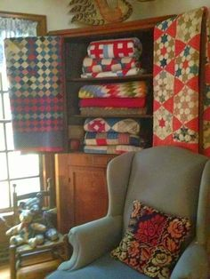 We love how Helen displays her gorgeous quilts! If you are like us, we are always looking for unique ways to display our quilts. Old Quilts, Antique Quilts, Vintage Quilts, Vintage Bedding, Primitive Quilts, Primitive Stitchery, Primitive Patterns, Prim Decor, Country Decor