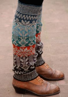 Ravelry: Perneiras da Serra de Ossa fair isle leg warmer pattern by Rosa Pomar (striped ribbing) Fair Isle Knitting, Knitting Socks, Knitting Projects, Knitting Patterns, Ravelry, Pull Jacquard, Diy Accessoires, Boot Toppers, Boot Cuffs
