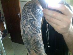 Tatuagem Masculina - Microfone, música, flor, braço