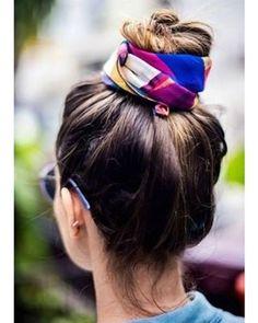 Seu cabelo está em um dia ruim? Aposte nos lenços coloridos! Faça um coque bem alto ou um rabo de cavalo e amarre-o. Além de lindo, você terá um penteado moderno e descolado no ato!