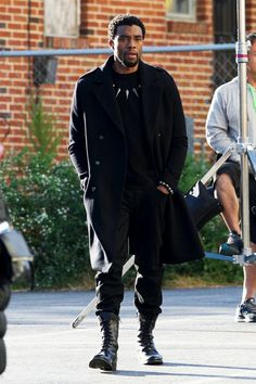 Chadwick Boseman & Jeremy Renner Suit Up for 'Avengers Filming!: Photo A whole new crop of Avengers 4 set photos have arrived! On Wednesday (October Chadwick Boseman was seen walking around in costume on the set of the film… Black Panther 2018, Black Panther Marvel, Mode Masculine, Marvel Heroes, Marvel Avengers, Black Panther Chadwick Boseman, Macho Alfa, Letitia Wright, Suit Up