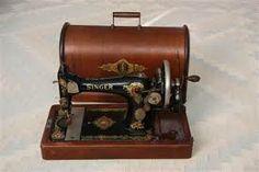 Oude SINGER naaimachine. Mijn moeder heeft er in 1969 mijn trouwjurk nog op genaaid.