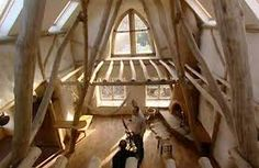 houtenskeletbouw waarbij de rondingen van de boom zichtbaar zijn