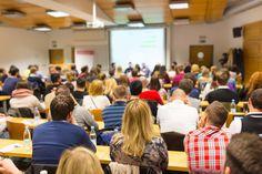 Große Universitäten stellen viele Erstsemester vor eine Herausforderung. Wie soll man sich da nur zurecht finden? Diese Tipps helfen Ihnen an der Massenuni...