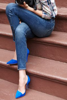 Denim and jeans / karen cox. Cobalt blue heels and skinny denim jeans. Blue Pumps, Blue Stilettos, Look Fashion, Autumn Fashion, Womens Fashion, Fashion Shoes, Girl Fashion, Blue Fashion, Electric Blue