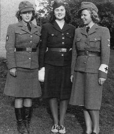 WWII PHOTO 5x7 Wehrmacht Women Soldier uniform Nurses