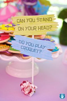 Afbeeldingsresultaat voor wegwijzers alice in wonderland wedding Alicia Wonderland, Alice In Wonderland Tea Party, Boogie Wonderland, Mad Hatter Day, Alice In Wonderland Decorations, Tea Party Birthday, Birthday Ideas, Half Birthday, Birthday Tags