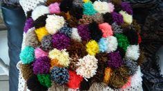 Si tejes y te sobran pedacitos de estambre, puedes hacer in cojin de motas de todos colores